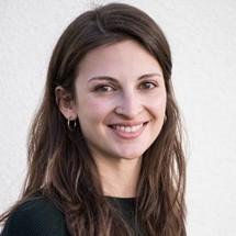 Portrait: Mina Mittertrainer lächelt in die Kamera.